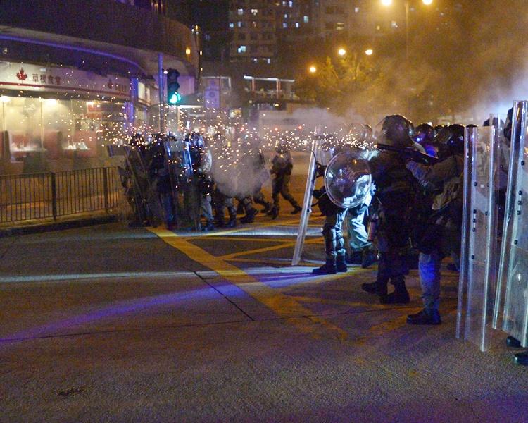 蒙面網民形容昨日的警民衝突情況好比戰場。