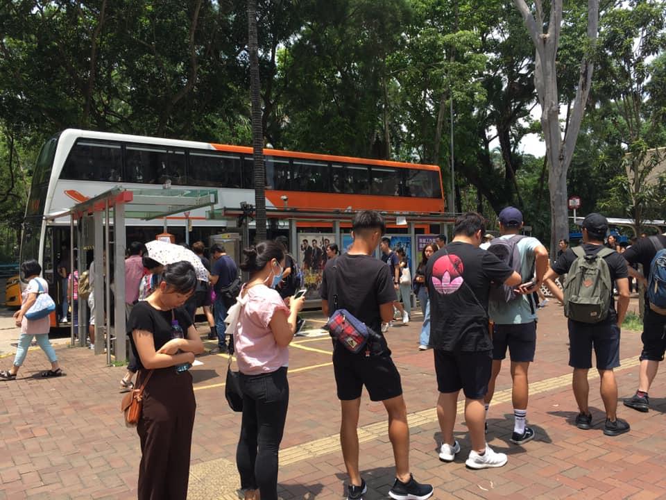 大埔有大批市民等候機場巴士。Tai Po 大埔FB/網民Chris Yuen圖。