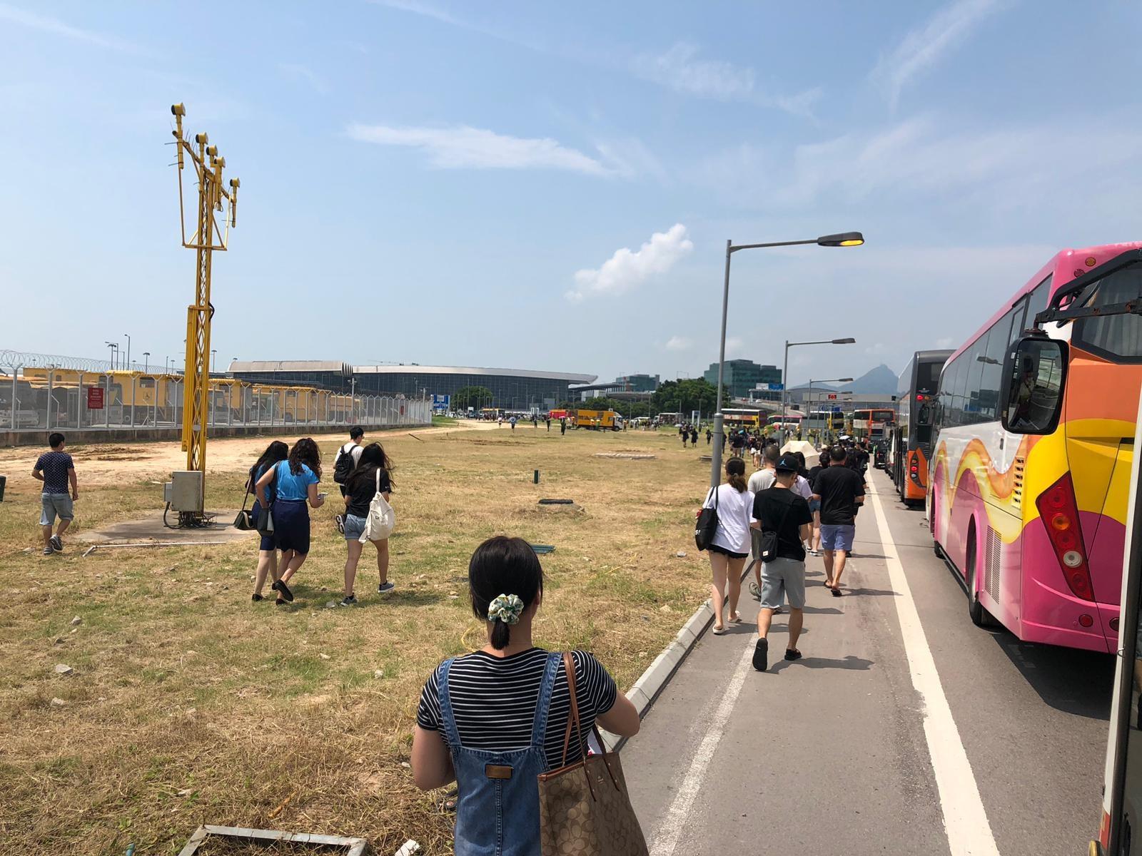 大批市民步行入機場。 東涌谷友吹水區FB/網民工友圖