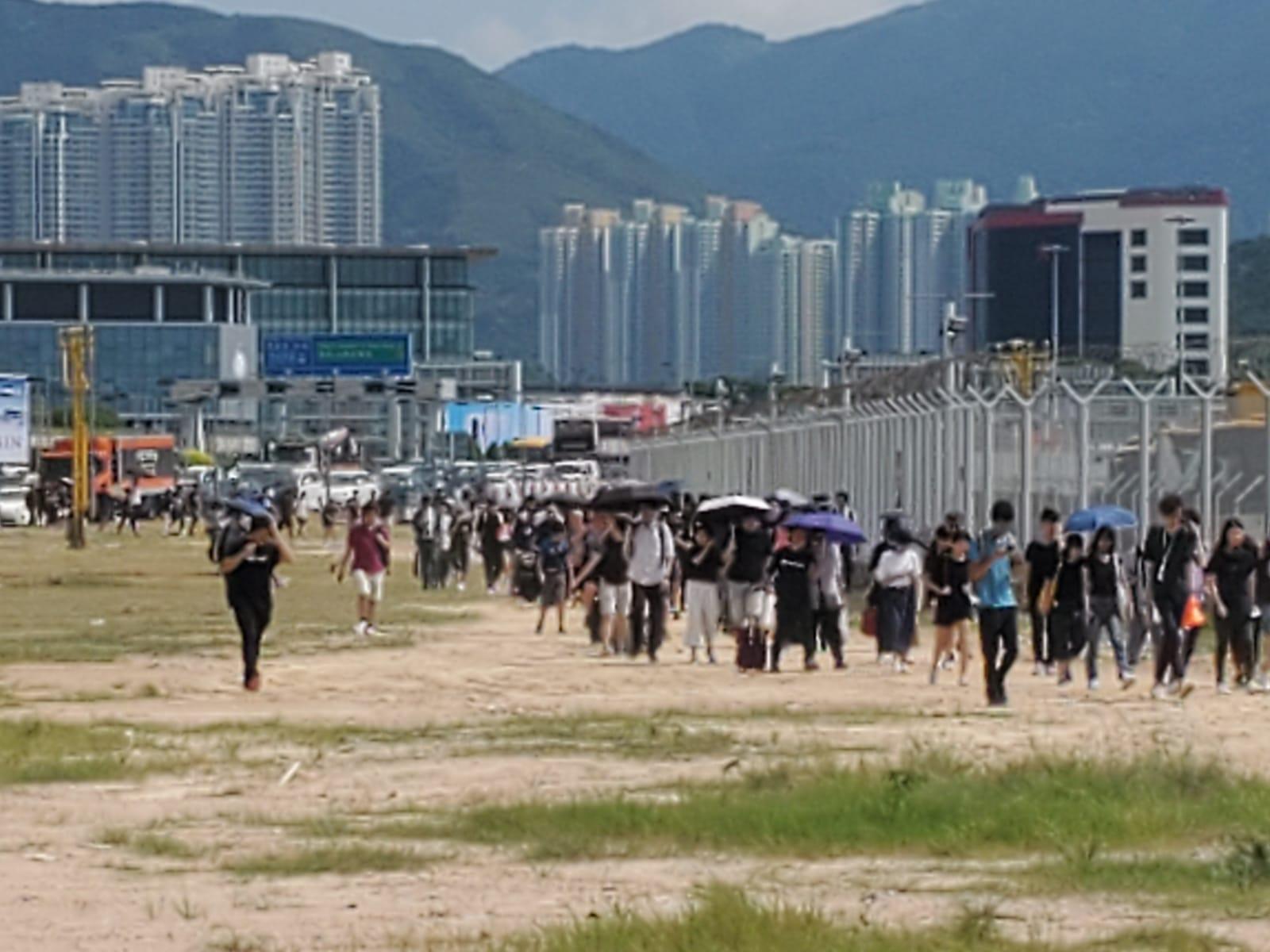 大批市民步行入機場。 梁國峰攝