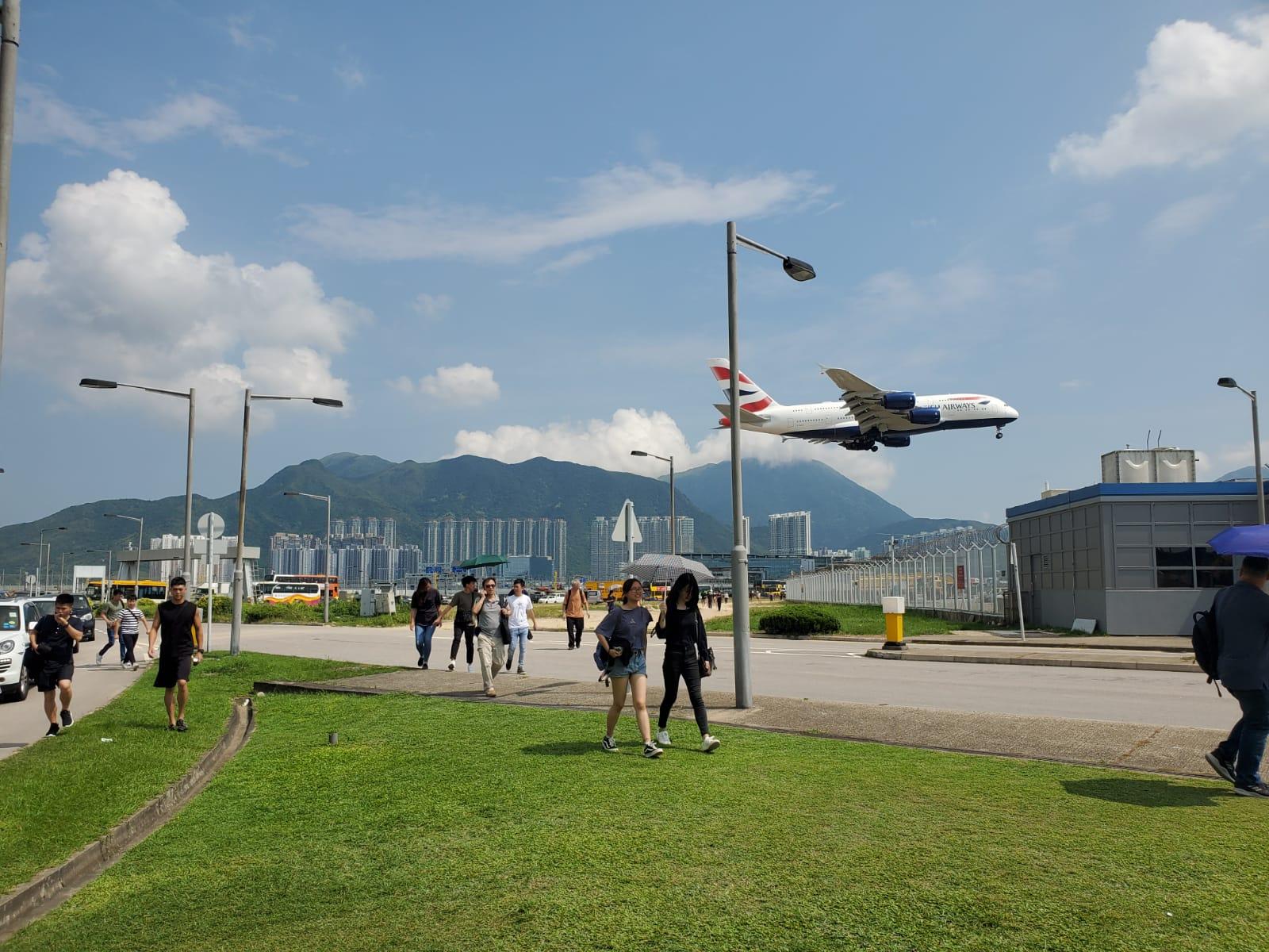 大批市民步行入機場。