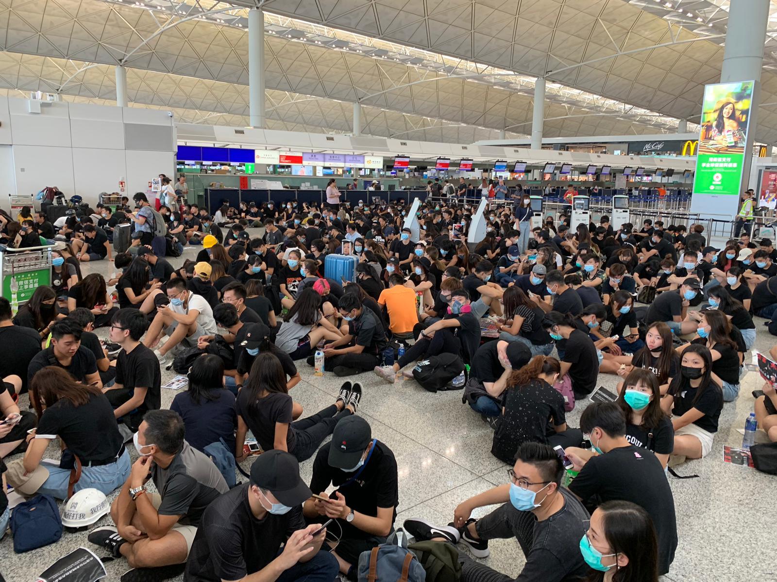 市民坐滿機場大堂。