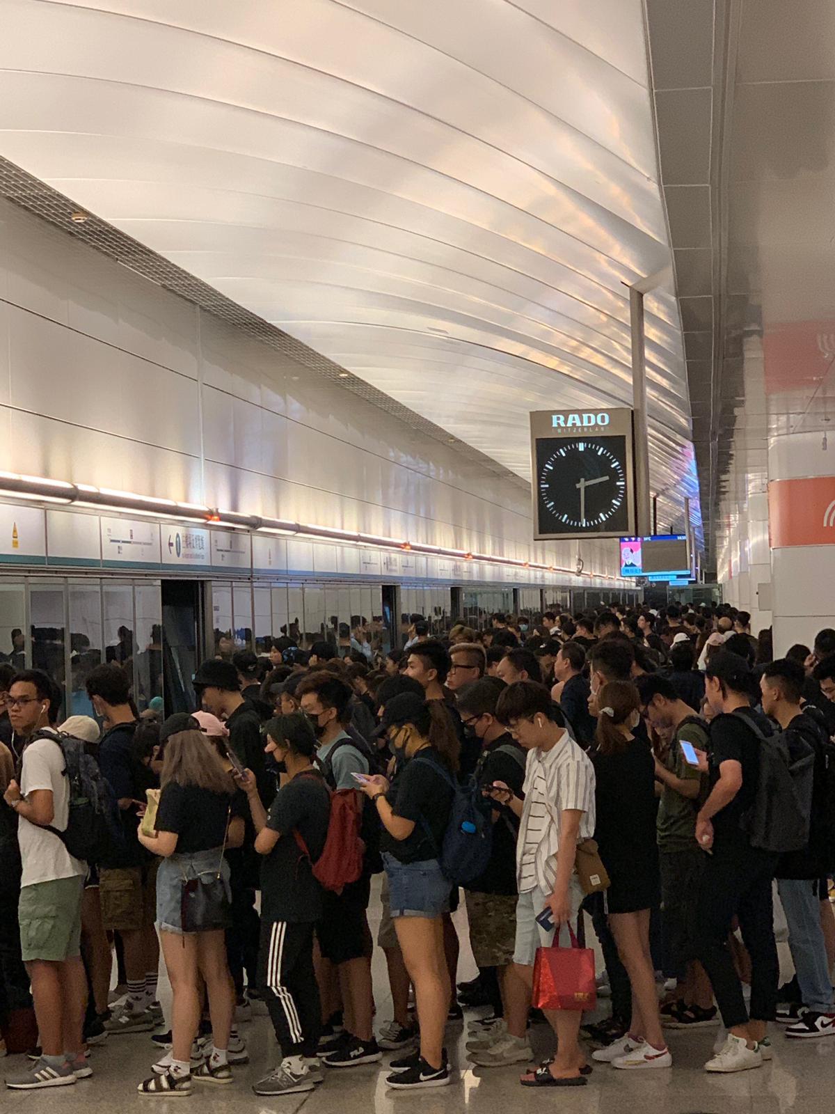 機場快綫逼滿市民。