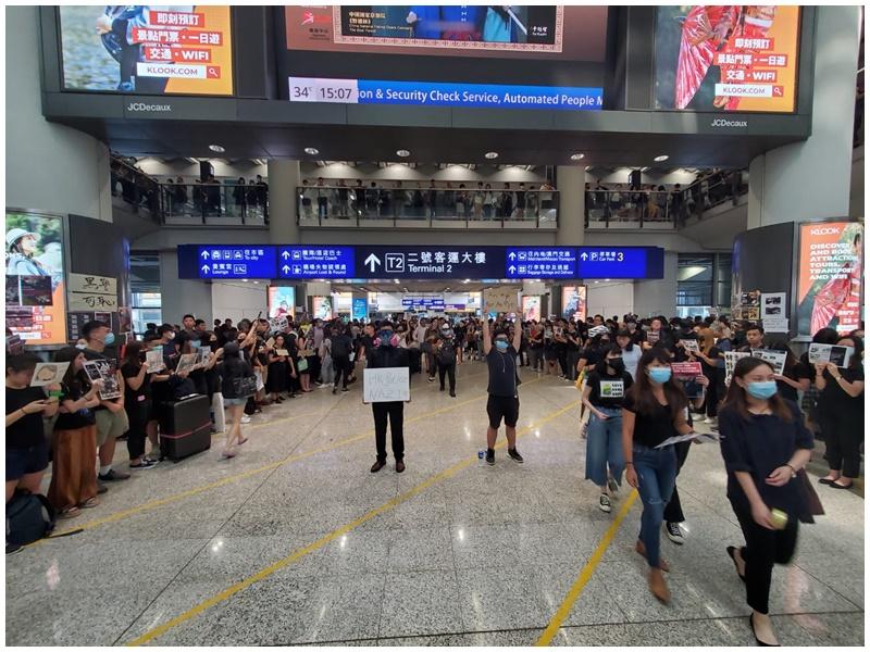 示威者已企滿2號客運大樓通道。