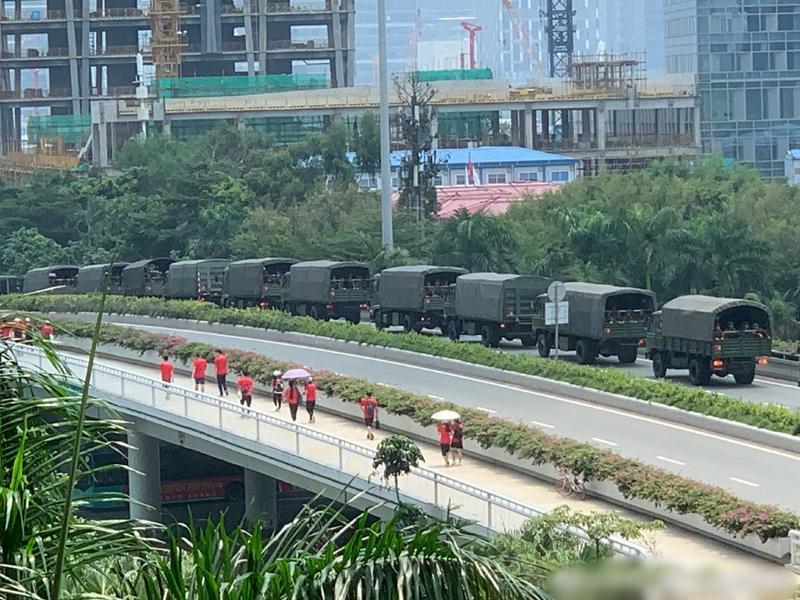 有市民在前日拍到武警車隊在深圳集結的畫面。 網圖