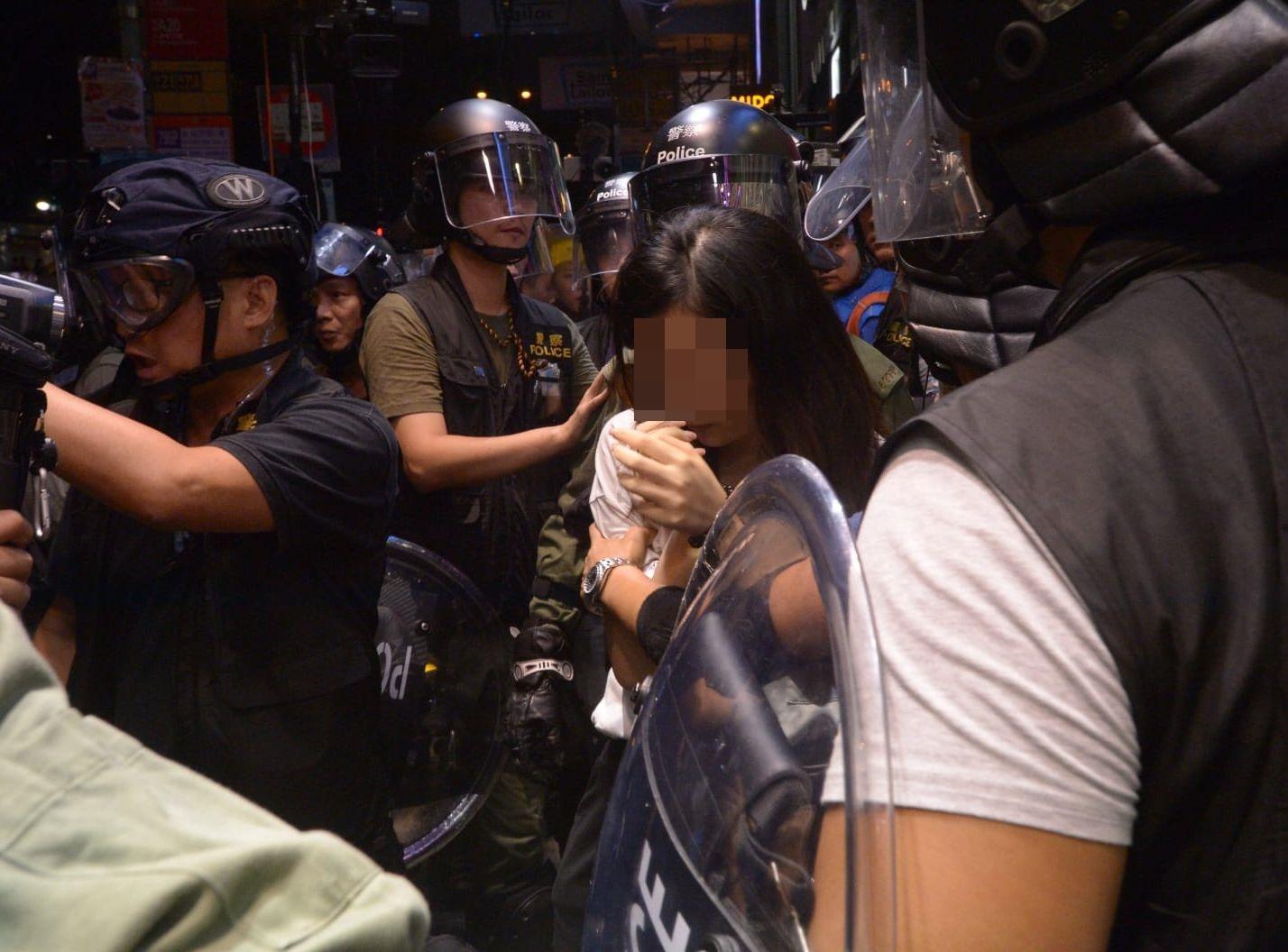 警方當晚拘捕一名全無裝備的年輕白衣女子。 資料圖片