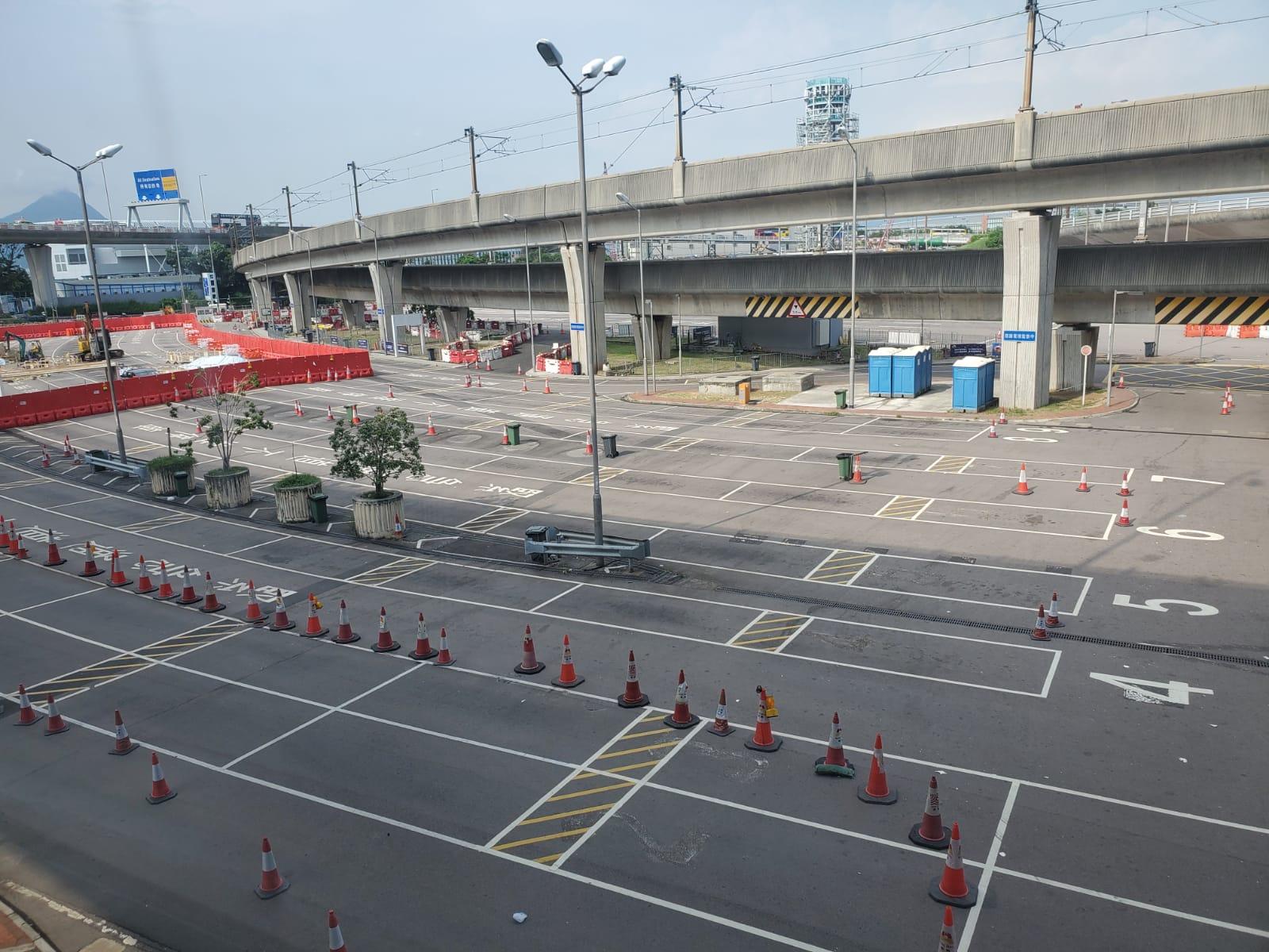 因塞車關係, 九龍的士暫時不能夠進入機場的士站。 梁國峰攝