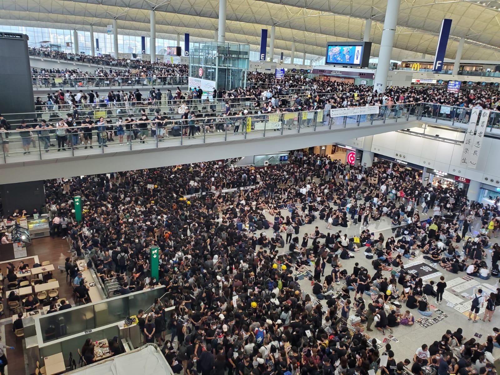 示威者企滿出入境大堂。