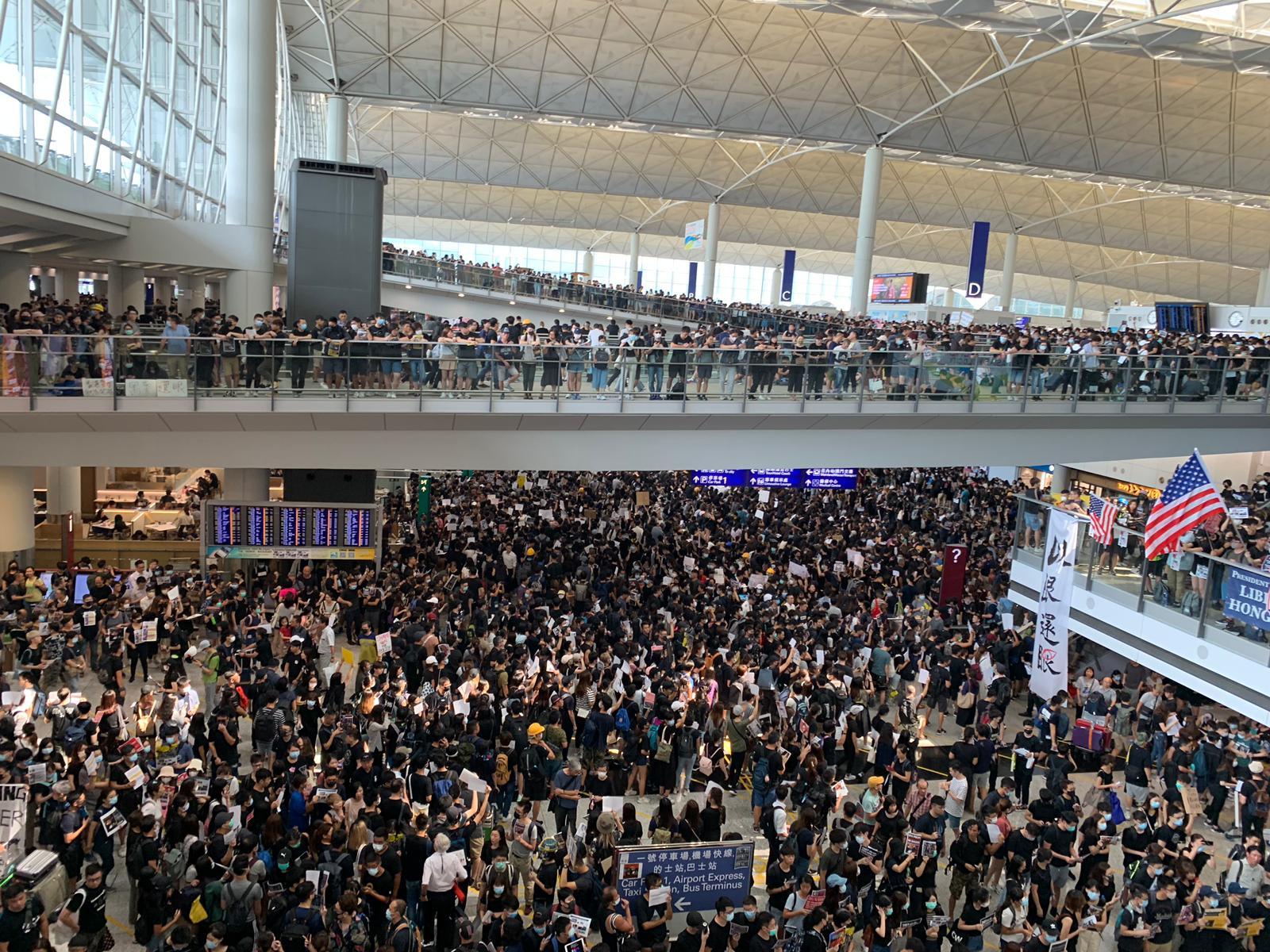 國泰呼籲員工盡快離開機場。
