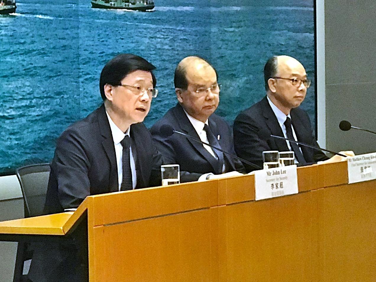 李家超(左)呼籲傷者報案,以調查其受傷源頭及位置。