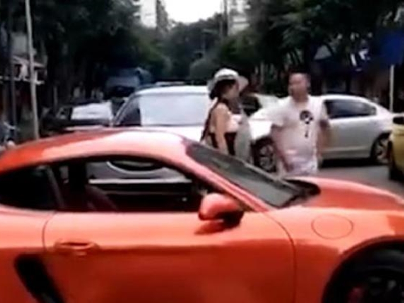 重慶駕駛紅色保時捷的女子李月當街掌摑一名男司機,並且口出狂言。 網圖