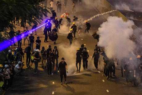 香港接連爆發警民衝突,在上周末的示威中,民眾與警方的立場都趨向強硬。資料圖片