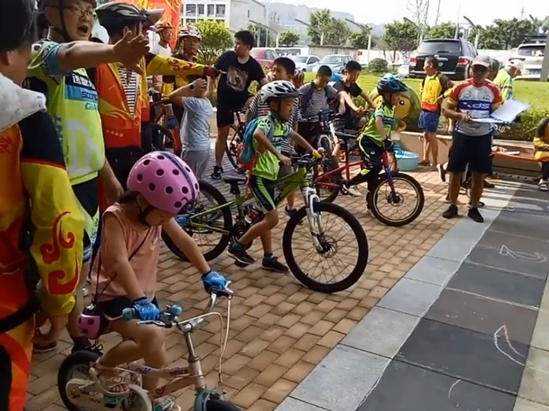 重慶辦單車比賽,最慢衝線為冠軍。網上圖片