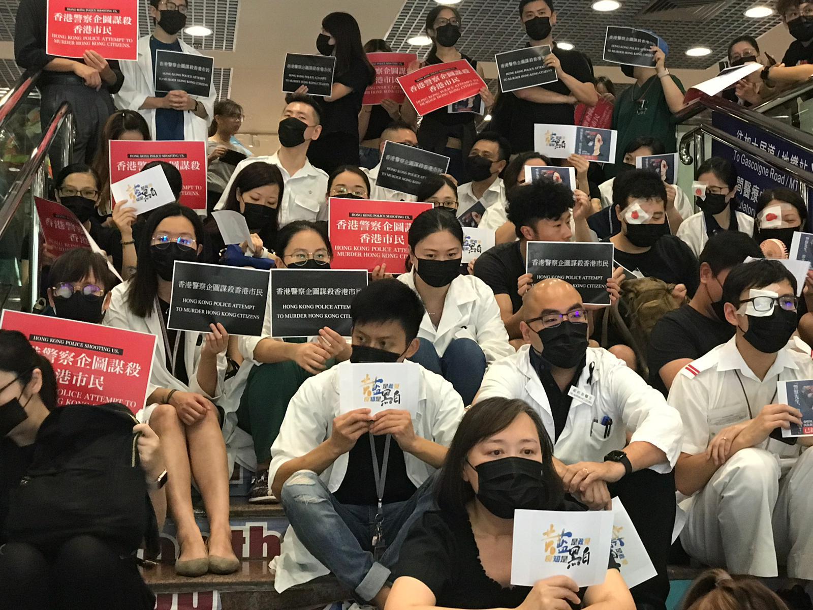 伊利沙伯醫院醫護人員靜坐抗議。