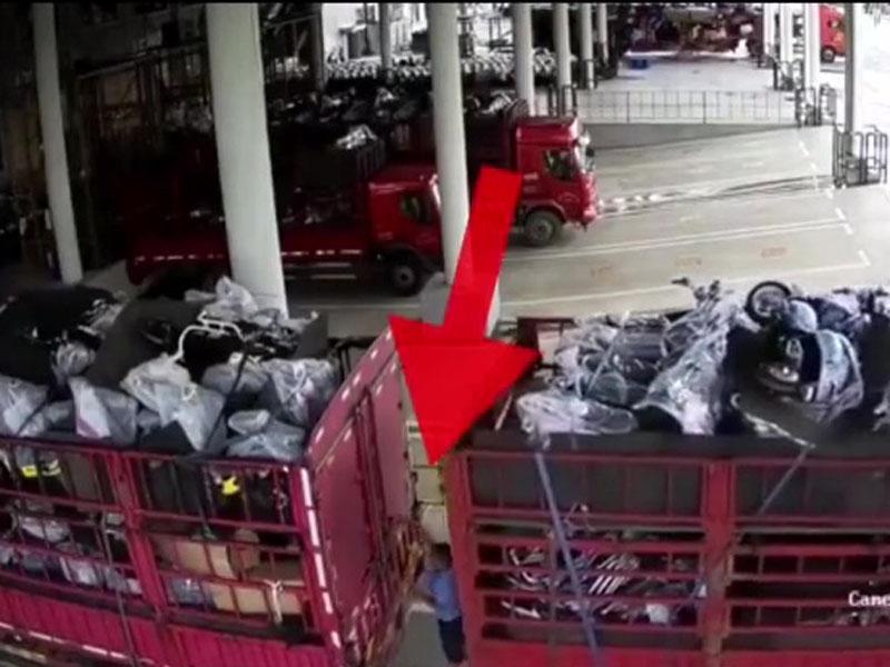 閉路電視拍下男子被貨車夾着情況。(網圖)