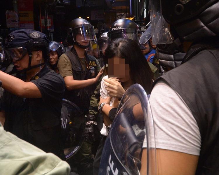 警方在尖沙嘴衝突中拘捕一名女子。
