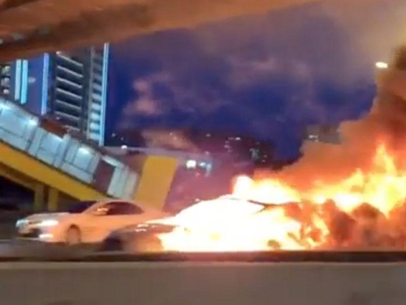 自動駕駛的電動車,撞到路旁靜止的拖車,因而起火燃燒。(網圖)
