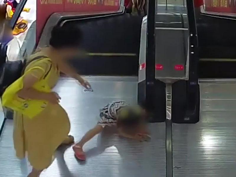 湖北漢川一名5歲女童乘扶手電梯時,扶著電梯的手臂被捲入閘口。(網圖)
