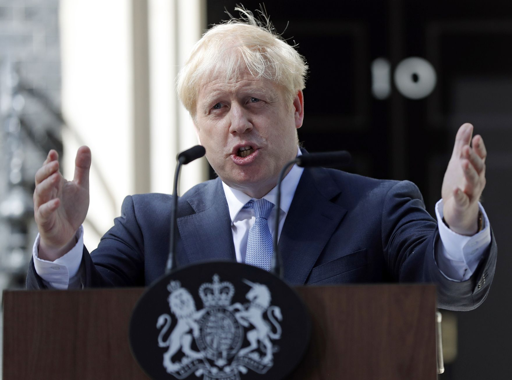 過半數受訪者支持約翰遜應採用「任何途徑」帶領英國脫離歐盟。AP