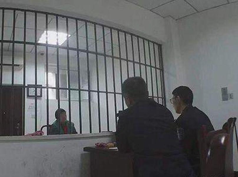 民警審訊疑犯趙某。警方圖片