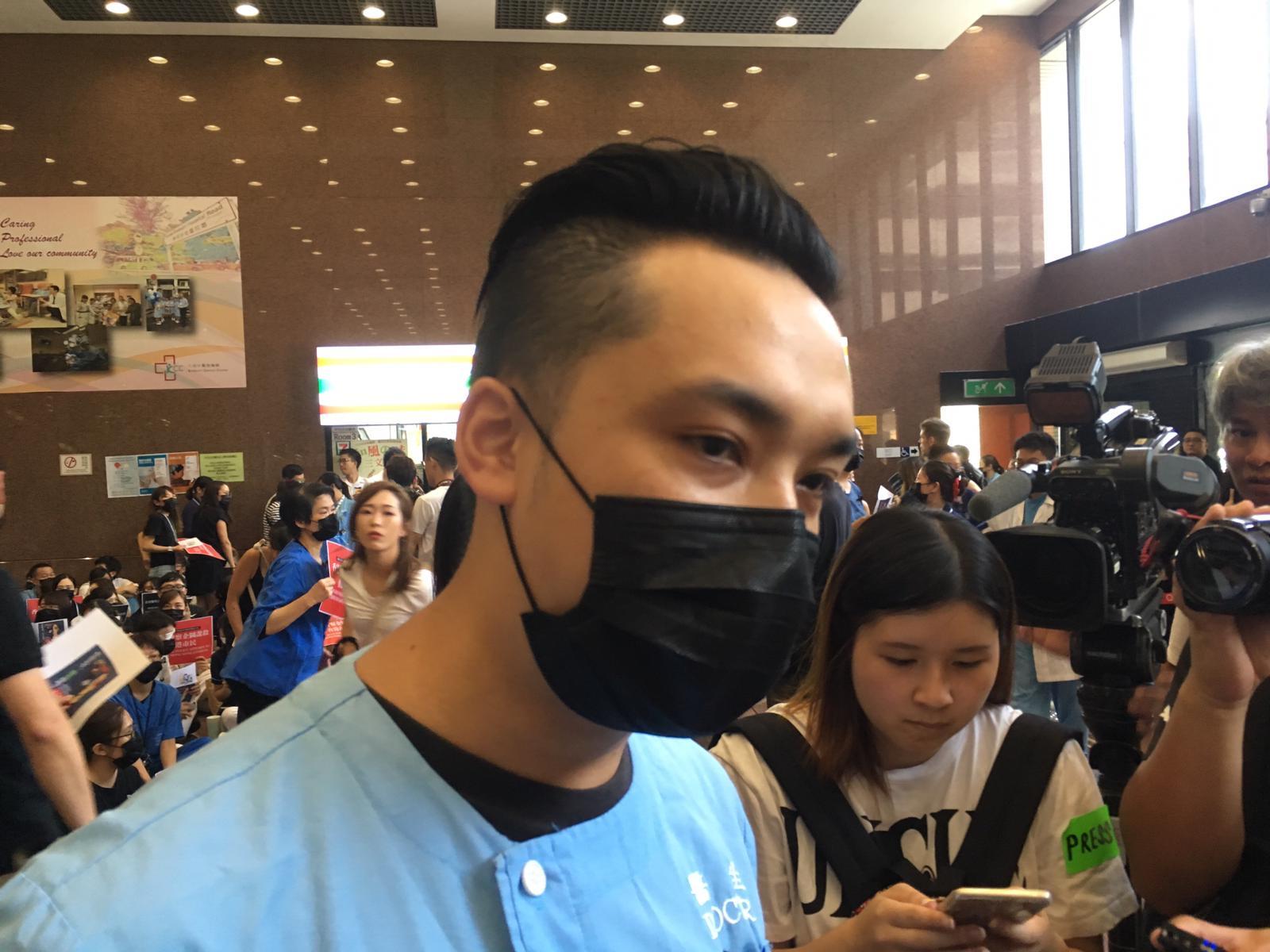 靜坐發起人伊院急症室醫生黃樂孺指,警方的執法行動及傷者不敢到醫院求診,香港已經出現人道救援危機。