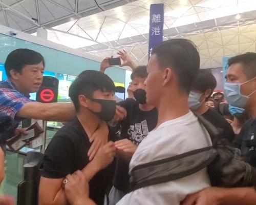 【機場集會】示威者堵離港大堂與旅客爆衝突 中年婦與兒子失散被拒放行