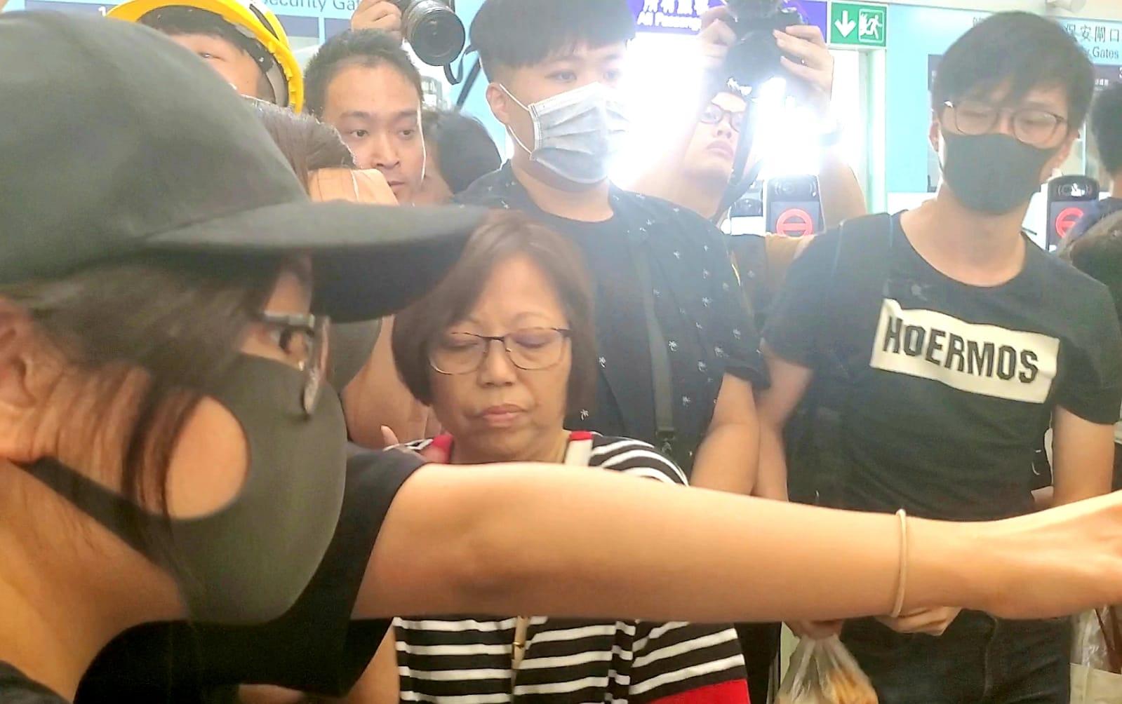 有旅客要會合失散兒子被示威者拒絕放行。