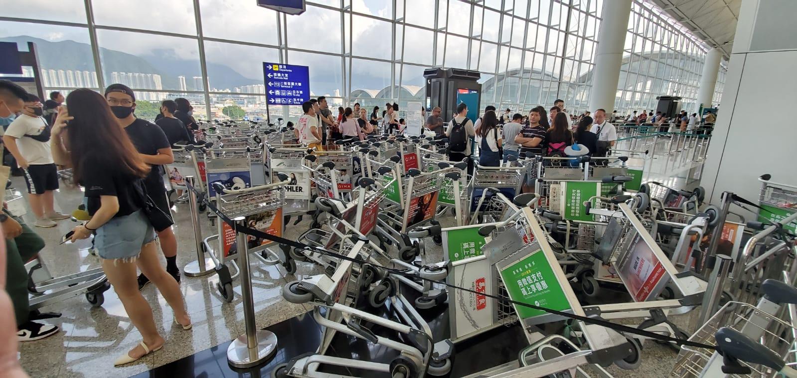 大批示威者利用行李車當路障。