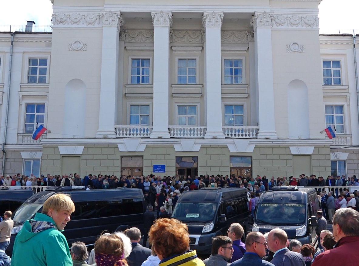 5名罹難科學家昨日舉殯。AP
