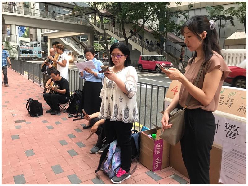 市民唱詩歌抗議警方濫暴。