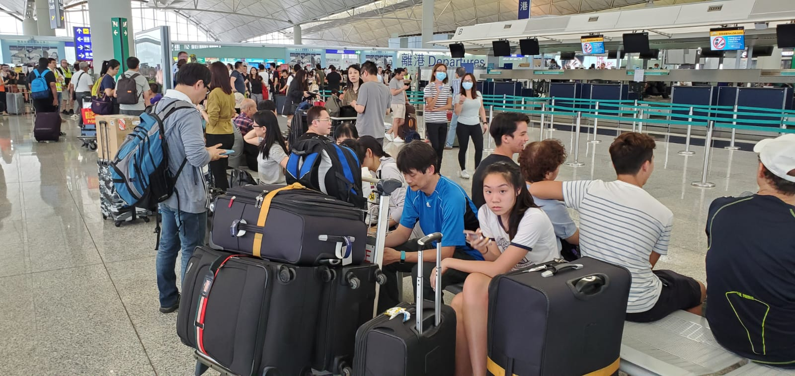 大批旅客滯留機場。