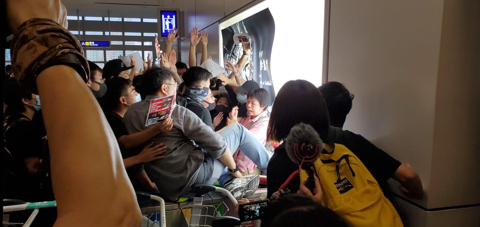 有旅客與示威者發生爭執