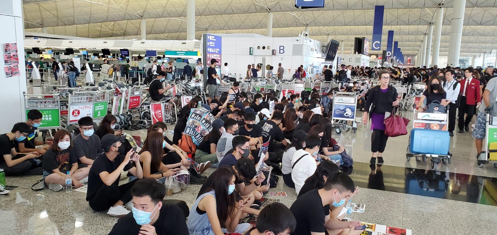 大批示威者堵塞機場離境大堂及佔據客運大樓。