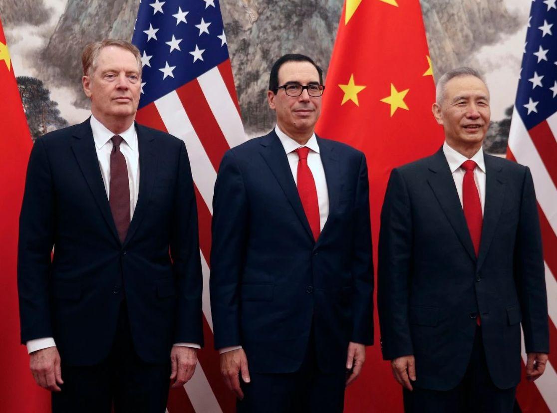 劉鶴(右)與萊特希澤(左)、努欽(中)進行通話。AP資料圖片