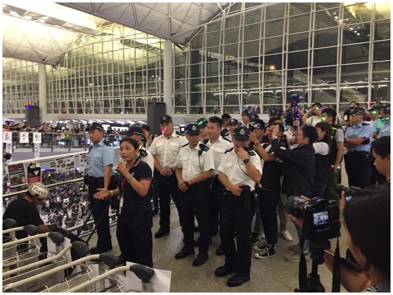 警員到場勸喻示威者。