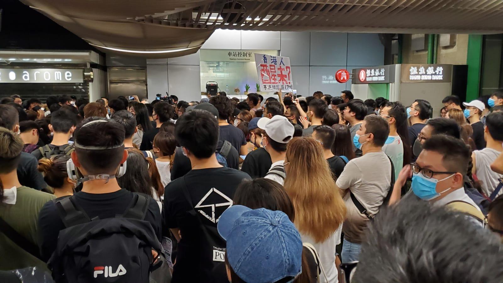 【逃犯條例】市民葵芳站聚集 促港鐵交代上周日處理手法