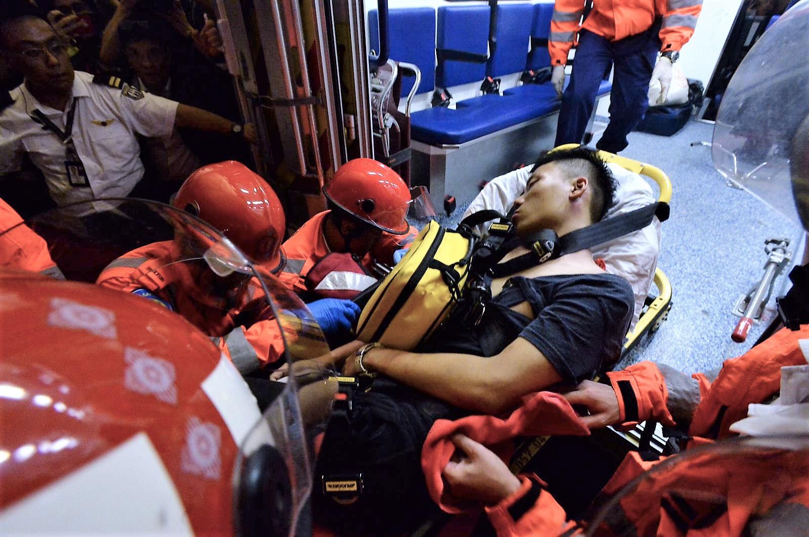 懷疑公安被圍困後送上救護車。