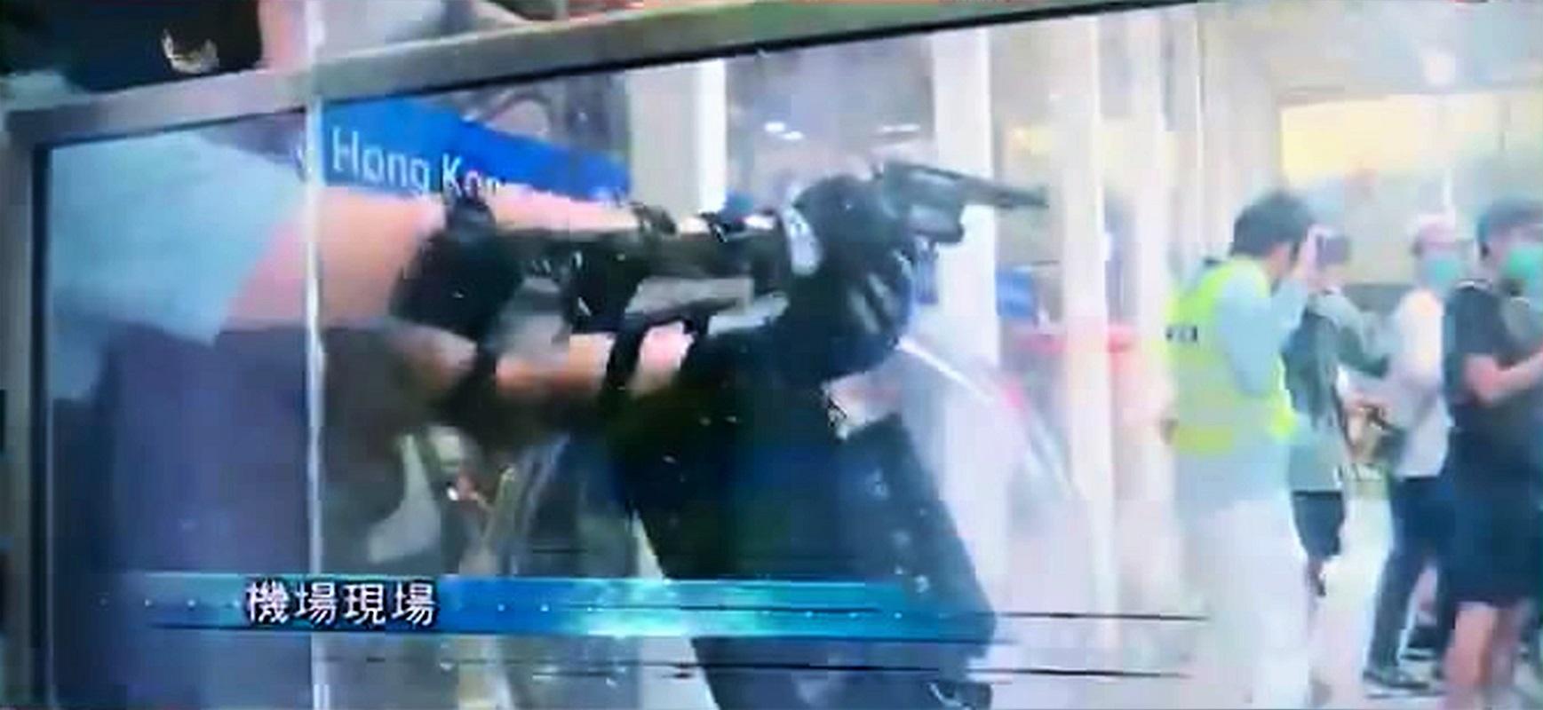 有落單警員一度擎槍指向示威者。無線新聞截圖