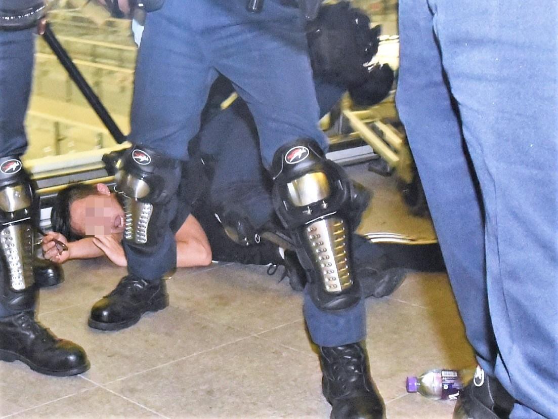 警方至少拘捕兩名男子。