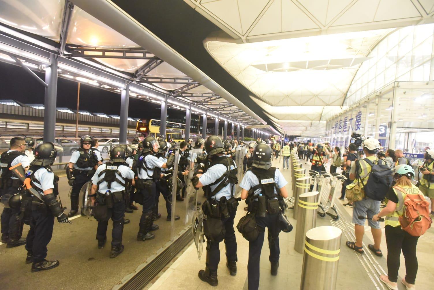 機場深夜爆衝突。