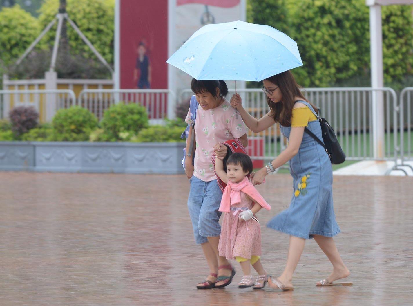 黃色暴雨警告信號生效。資料圖片