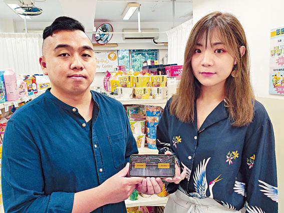 Boris(左)及Aimee(右)偕同兩名隊友,成功研發本港首個專為智障及自閉人士而設的AR手機應用程式。林樂軒攝