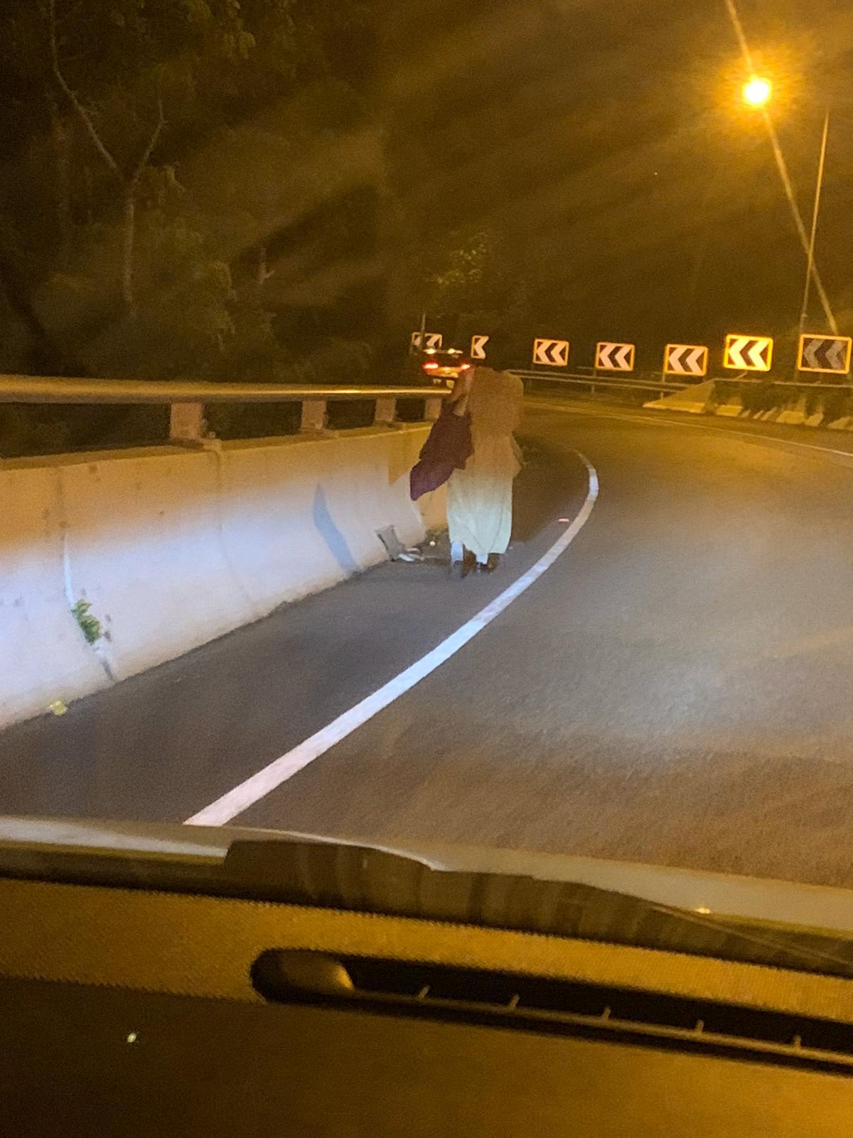 長裙女子凌晨在公路行走。讀者提供