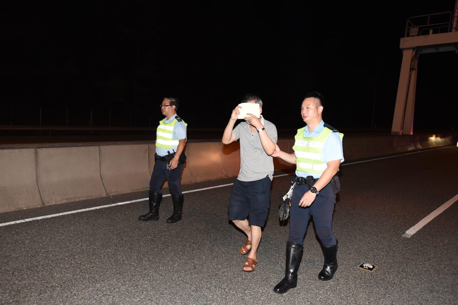 司機無受傷,在現場協助調查。
