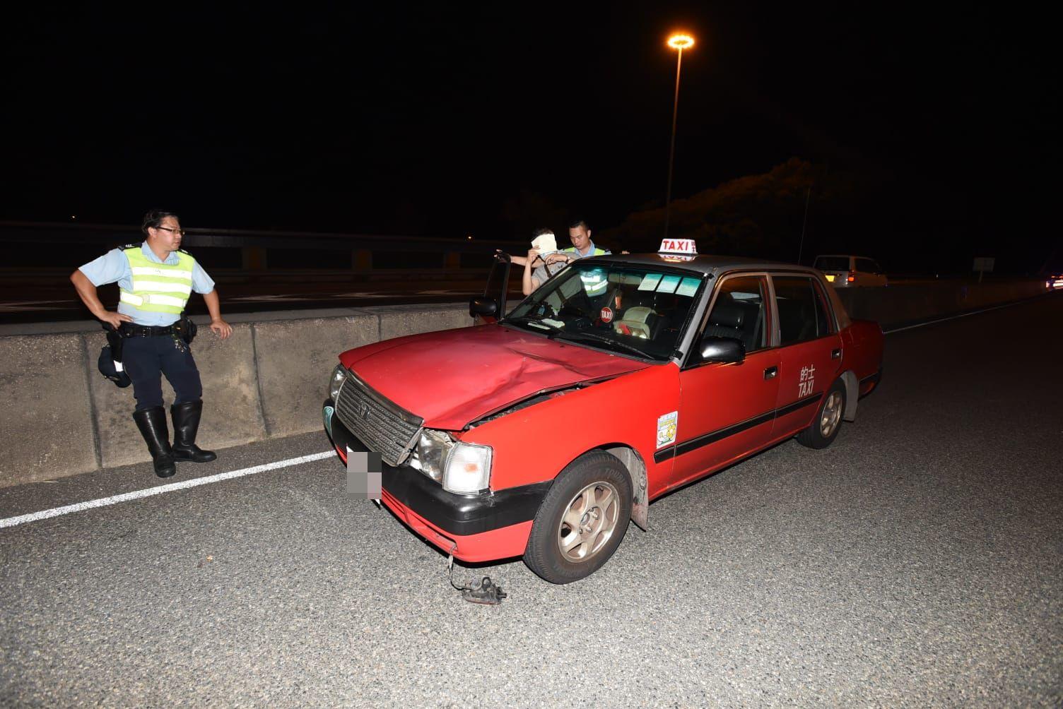 肇事的士車頭蓋凹陷。