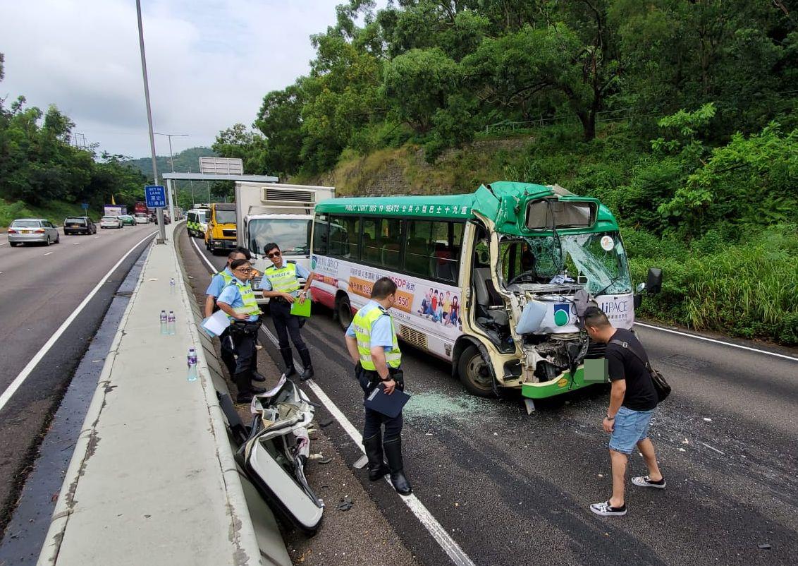 城門隧道公路發生5車相撞,造成7人受傷。