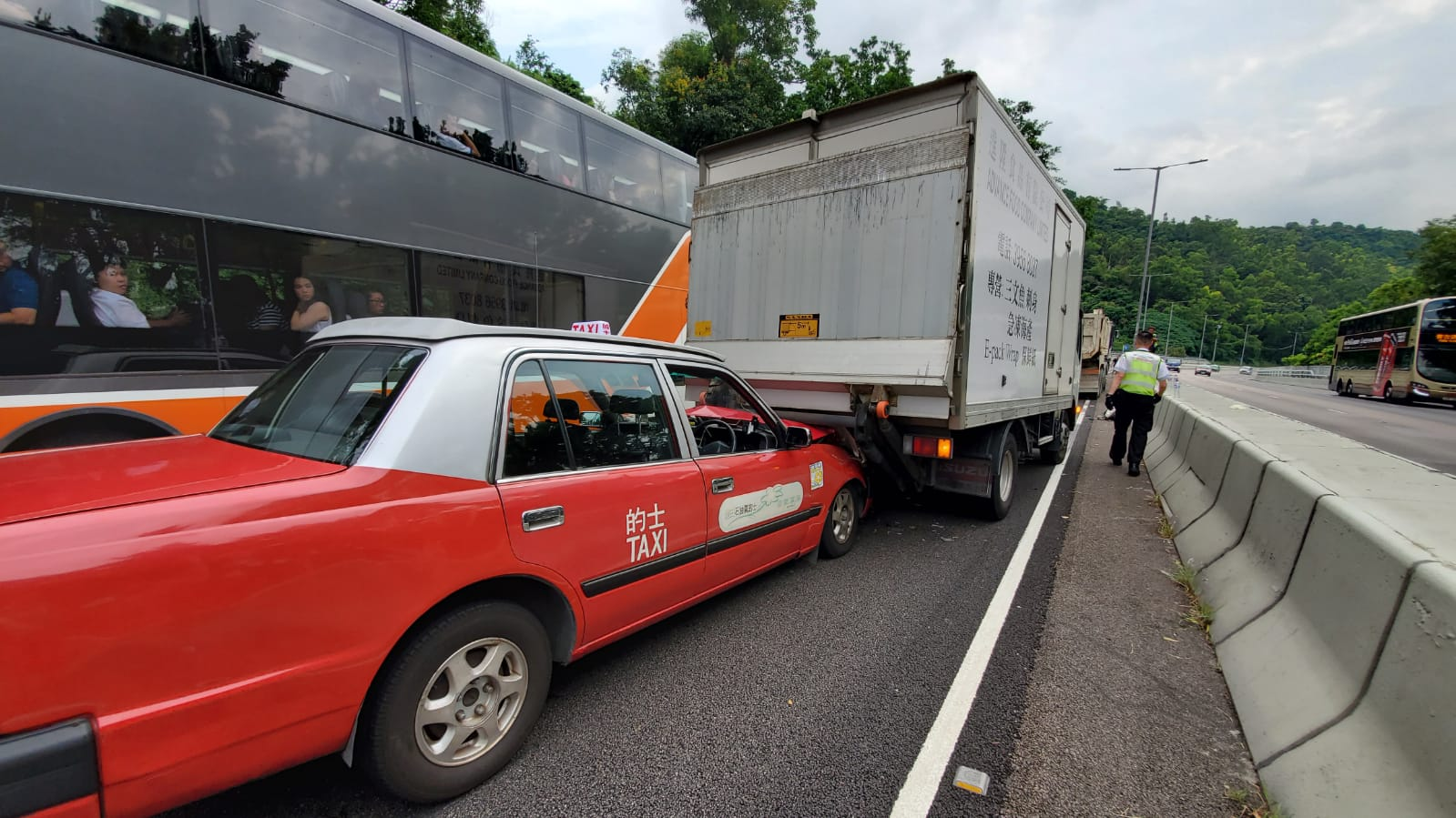 城隧5車相撞 7人受傷