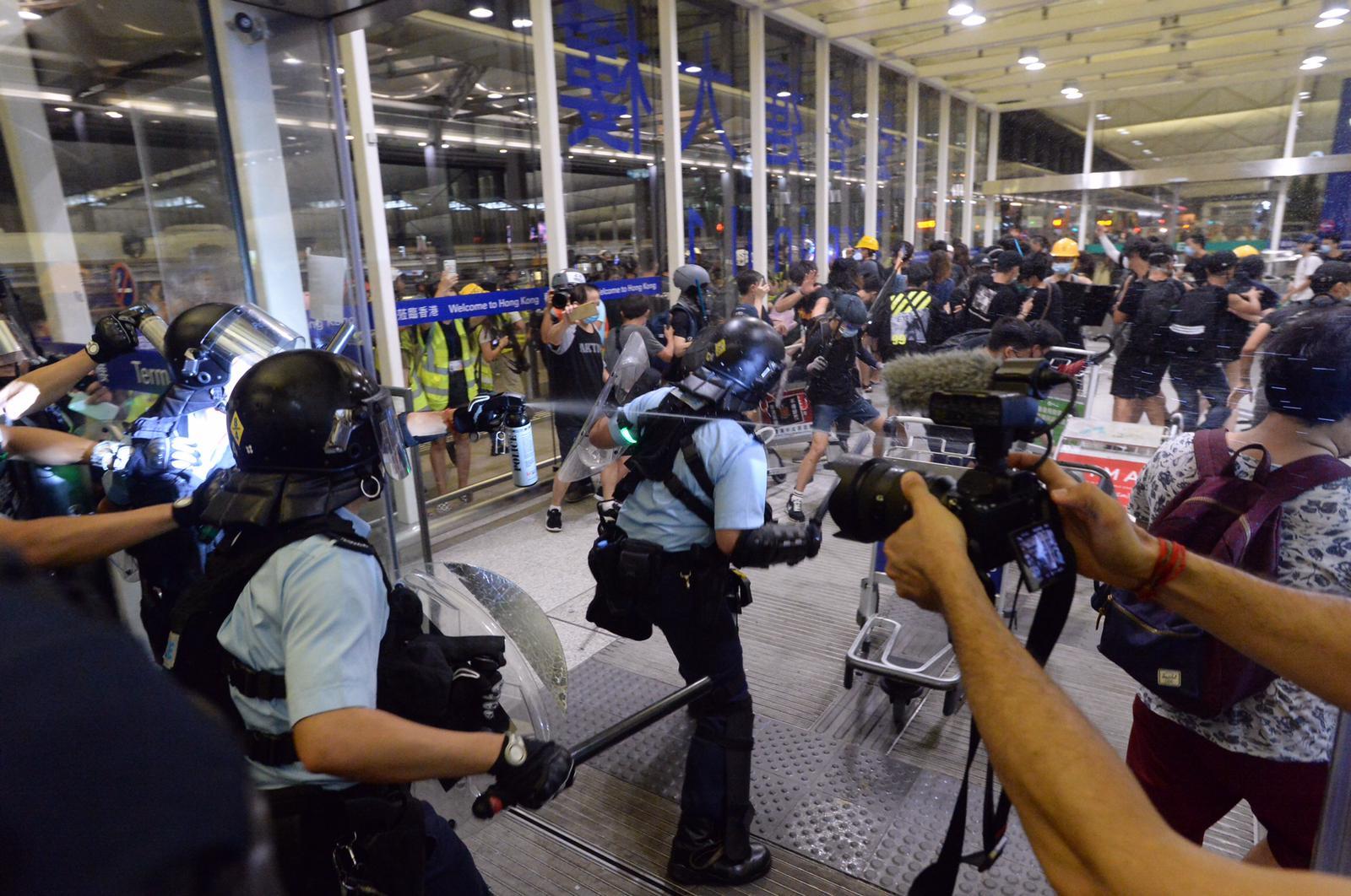 政府發言人凌晨發表聲明,譴責有示威者的暴力行為遠超文明社會底線。