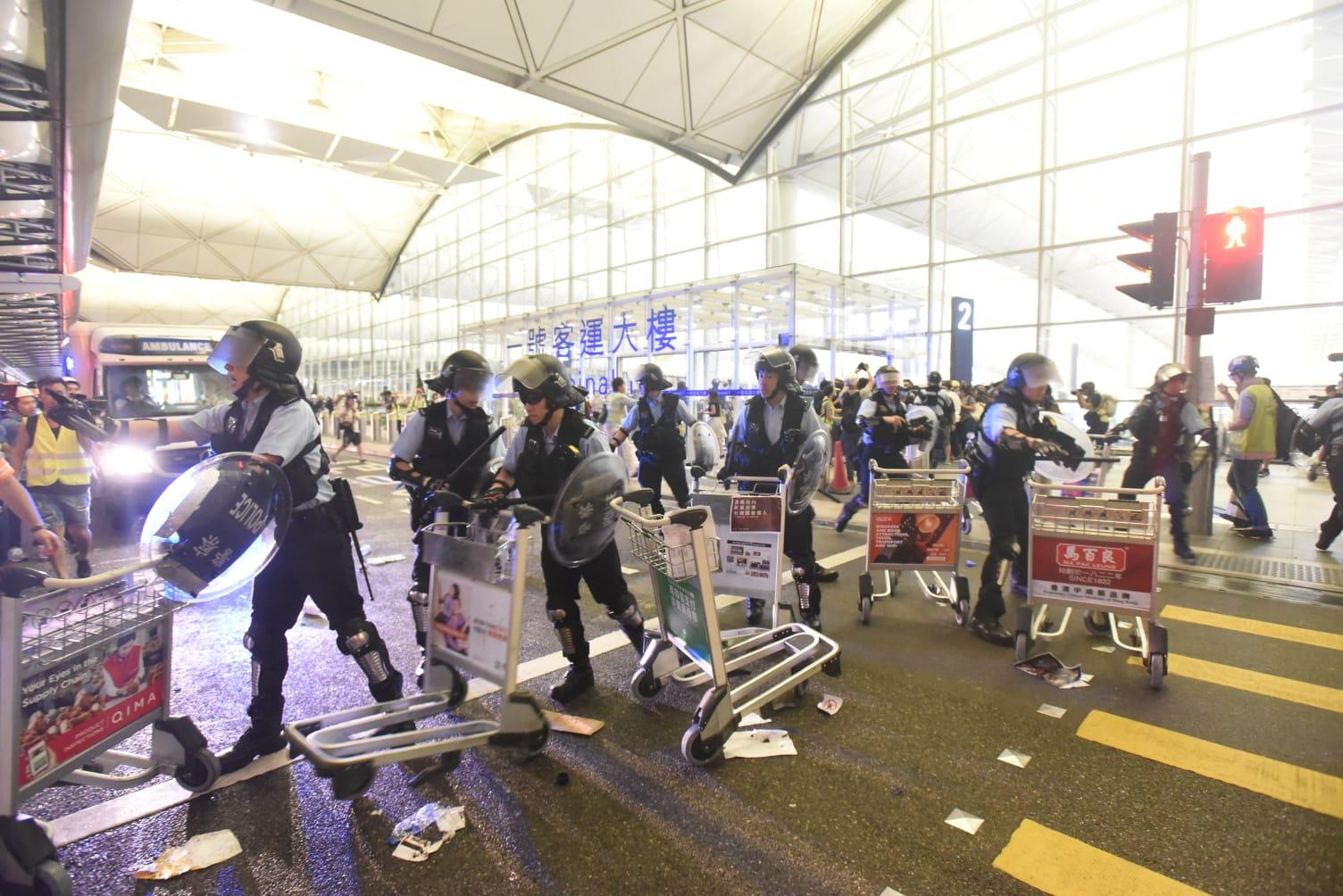 【機場集會】政府譴責暴力行為遠超文明社會底線 警必定嚴正追究