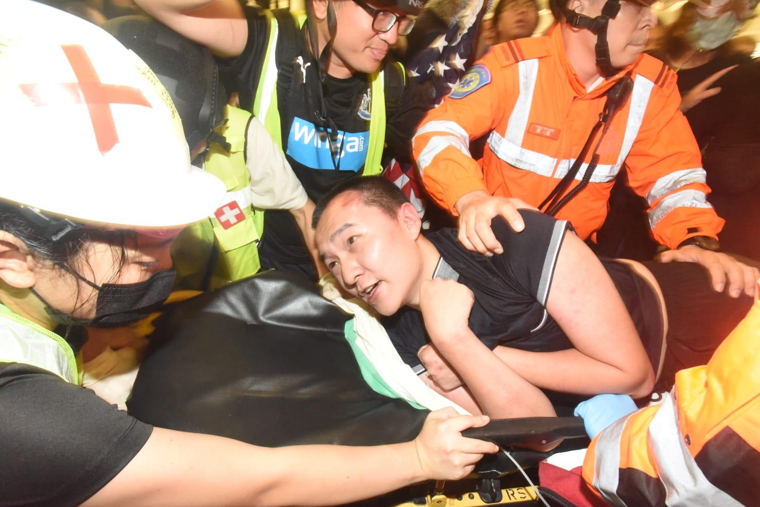《環時》記者被示威者用膠帶綁起。 資料圖片
